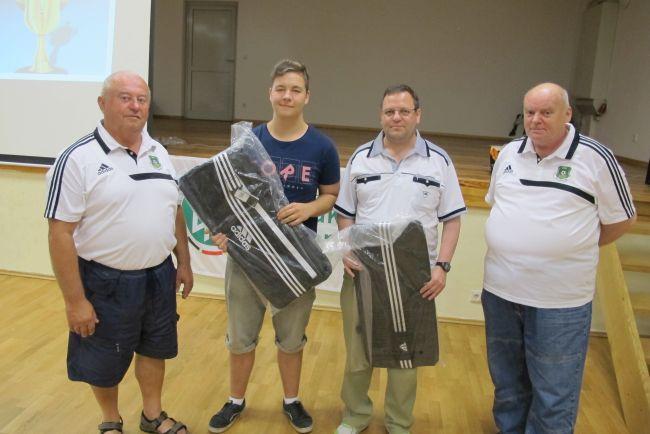 © KFV Westmecklenburg Die Sportfreunde Jörg Hase (2.v.re.) und Eric Kuklik (2.v.li.) wurden als aktivste Schiedsrichter der abgelaufenen Saison im Herren- bzw. Nachwuchsbereich ausgezeichnet und erhielten jeweils eine Sporttasche.